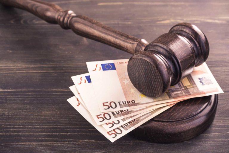 Ein Richterhammer liegt auf 50€-Scheinen